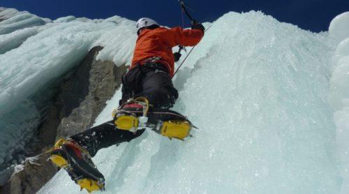 Les crampons d'escalade sur glace permettent aux alpinistes de prendre pied.