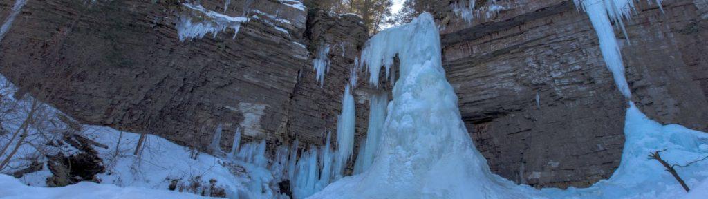Escalade de cascade de glace à Hokkaido