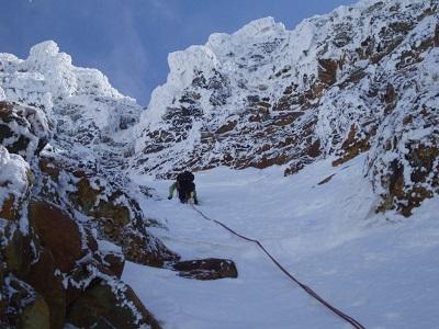 Combinez l'escalade sur glace et l'alpinisme pour une aventure alpine mixte.
