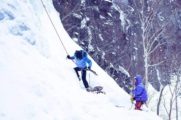 Escalade sur glace au Japon : les aventures hivernales au-delà de la neige poudreuse