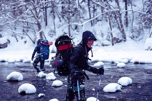 L'approche de certaines cascades de glace nécessite une traversée de rivière !