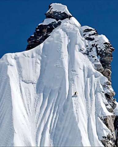 Snowboard en haute montagne dans une face dangereuse