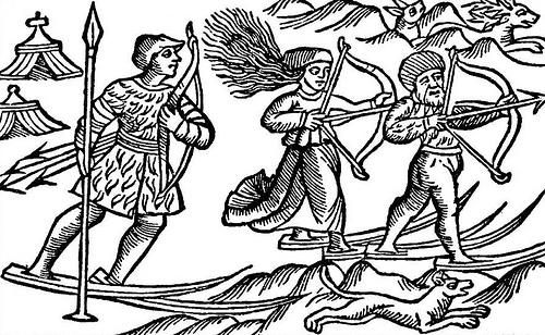 """Cette photo montre deux hommes Sami (Lap) et une femme chassant à skis. L'illustration est tirée d'un livre d'Olaus Magnus """"Historia de Gentibus Septentrionalibus"""" (Histoire des peuples nordiques), publié à Rome en 1555."""