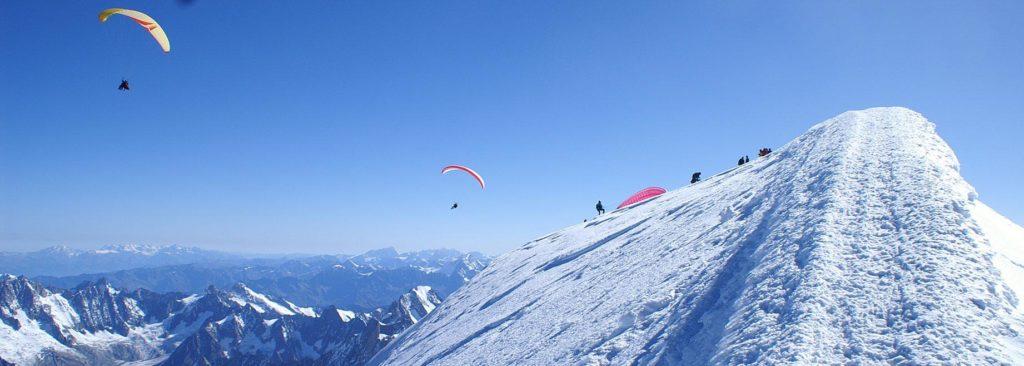 Parapente du sommet du Mont Blanc, le plus haut sommet des Alpes