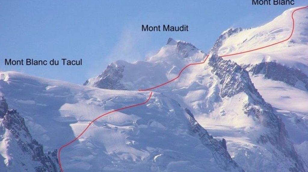 Traversée d'un sérac sur la face du Mont Maudit
