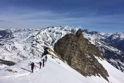 Une expédition de ski de randonnée réussie commence par une bonne condition physique - c'est une activité physique - et par une mise à niveau des compétences nécessaires pour skier en dehors des pistes.